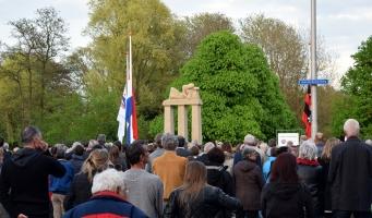 Burgemeester spreekt tijdens herdenking bij Broersepak