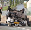 Auto over de kop aan Legmeerdijk