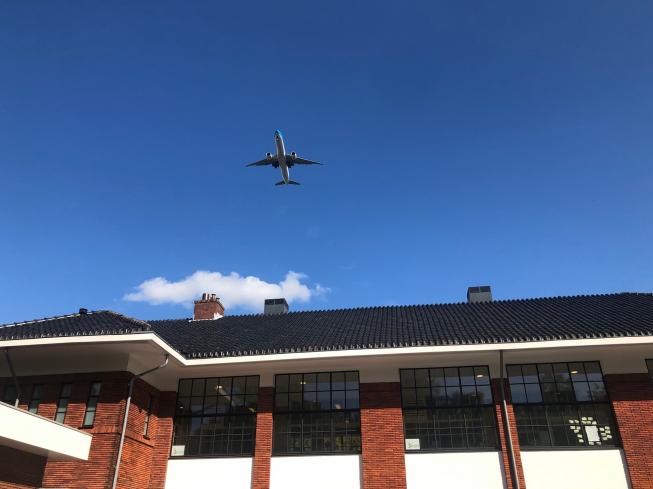 Om de paar minuten komt een vliegtuig over bij bezoek van luchtvaart-minister aan Amstelveen