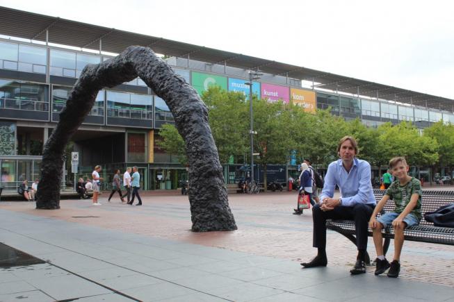 Amstelveen overweegt kunstwerk Der Bogen van Stadsplein weg te halen