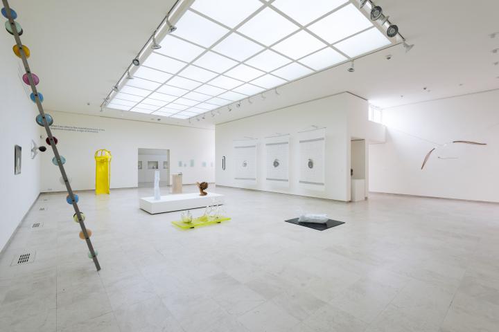 Rondleiding conservator door glastentoonstelling Rietveld Academie in Museum Jan van der Togt