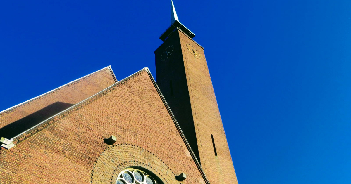 Annakerk en Urbanuskerk in Amstelveen kleuren oranje - Amstelveenz.nl