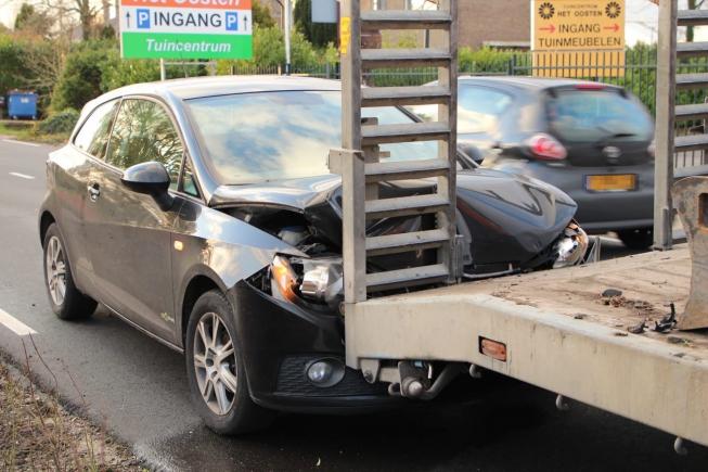 Auto in de kreukels bij botsing met oplegger