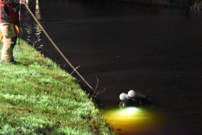 Duikers zoeken naar mogelijk te water geraakte kindjes in Nes