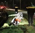 Scooter klapt op betonblok aan Amsteldijk Zuid