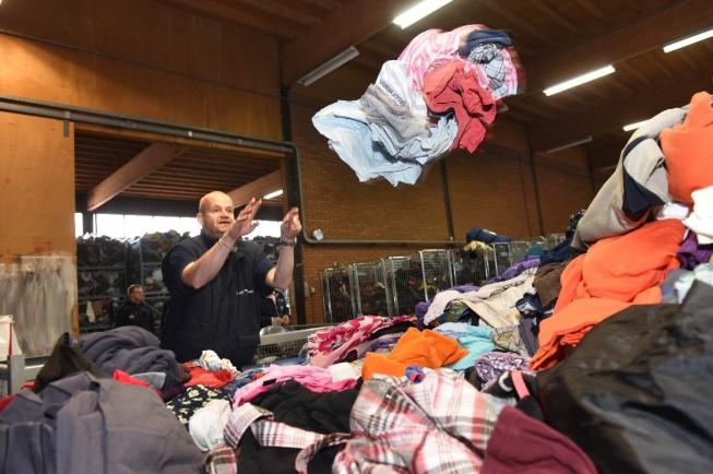 11.000 euro voor Rode Kruis Amstelveen dankzij textielinzameling