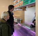 Wethouders brengen bezoek aan getroffen winkel Lindenlaan: 'Wij staan achter jullie'