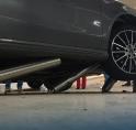 Foutje in parkeergarage: Mercedes rijdt op paaltjes