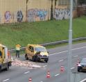 Aanhanger kantelt op A9 bij Amstelveen: lading op wegdek
