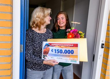 Foto-1---Sonja-uit-Amstelveen-wordt-verrast-met-de-SuperPostcodePrijs-cheque..jpg