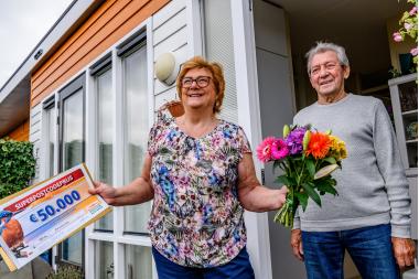 Foto-3---Loes-en-Toon-uit-Amstelveen-worden-verrast-door-Postcode-Loterij-ambassadeur-Nicolette-van-Dam.jpg