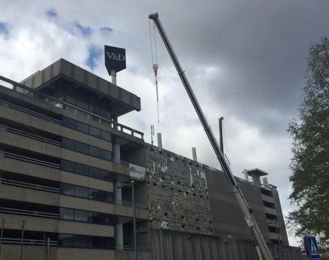 Strippen van V&D-gebouw begonnen