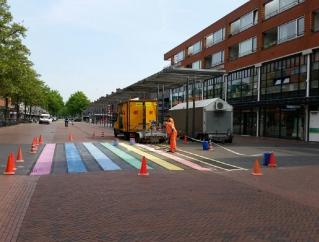 'Versleten' regenboogzebrapad in Stadshart bijgekleurd
