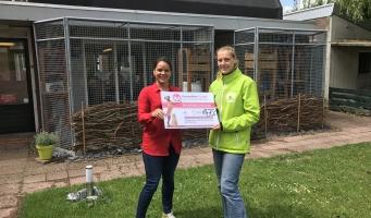 Dierentehuis Amstelveen krijgt cheque van Kasteelheer Groep