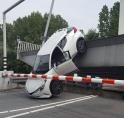Auto kukelt van Bosrandbrug