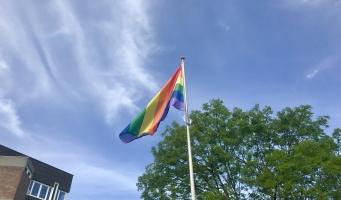 Regenboogvlag wappert opnieuw voor het raadhuis