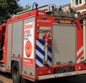 Brandweer bevrijdt man uit keukentrap