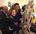 Gerard Joling schildert met burgemeester Van 't Veld