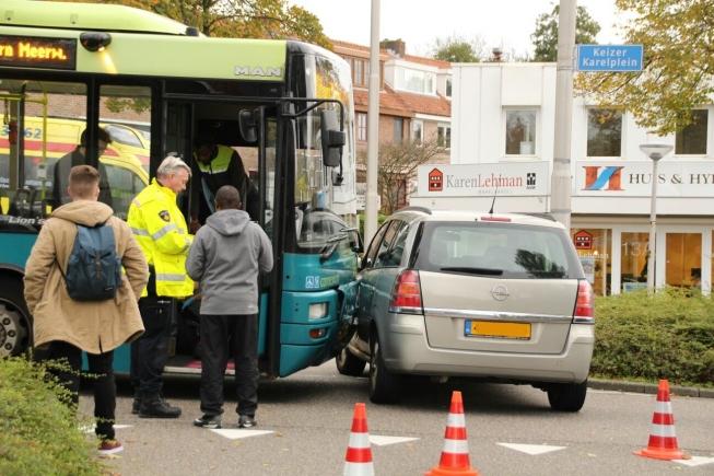 Botsing tussen bus en auto op Keizer Karelplein