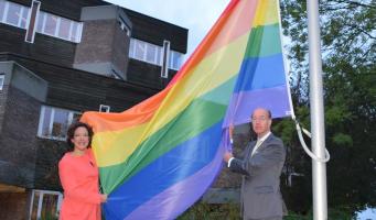 Gemeente hijst regenboogvlag voor Coming Out Day