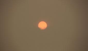 Zon boven Amstelveen kleurt oranje