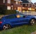 Gloednieuwe auto belandt in sloot in Aalsmeer