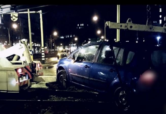 Beschonken bestuurder klem op trambaan