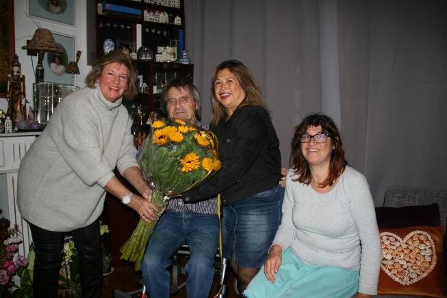 CDA verblijdt mantelzorger met bos bloemen