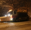 Strooiwagen zakt weg in berm Beneluxbaan