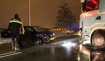 Gewonde bij botsing vrachtwagen en auto Legmeerdijk