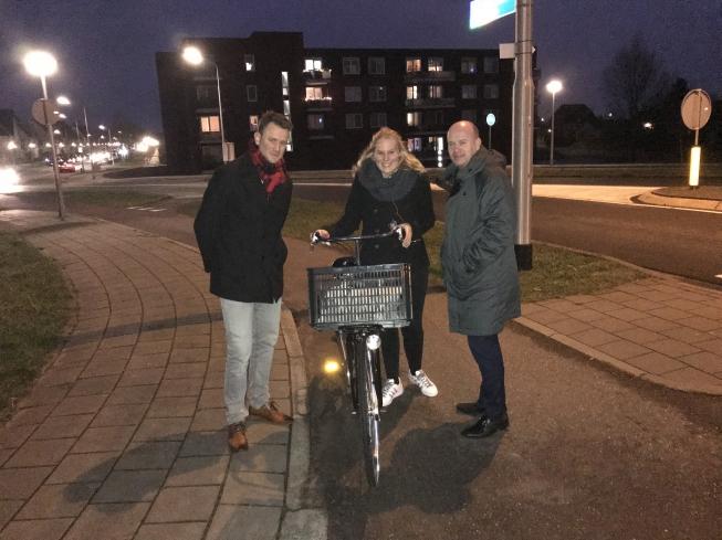 Wethouders delen lampjes uit aan fietsers zonder licht