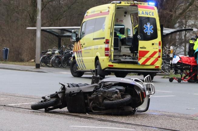 Scooterrijder gewond bij zwaar ongeval aan Beneluxbaan