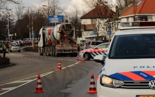 Vrachtwagen trekt dieselspoor over Van der Hooplaan