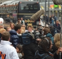 Fred Teeven rijdt Mark Rutte door Amstelveen tijdens VVD-campagne