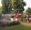 Coniferenhaag bij woonhuis vat vlam