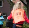 Scholieren fietsen door Amstelveen voor verkeersexamen