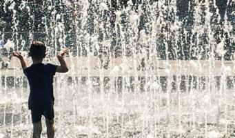 Watergevecht bij fontein Stadsplein Amstelveen