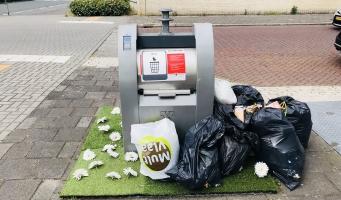 Amstelveense proef met kleurrijk perkje rond afvalcontainers werkt niet altijd