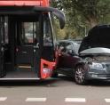 Botsing tussen bus 347 en auto op Keizer Karelweg