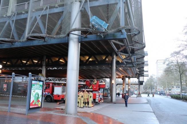 Winkelwagentjes hangen gevaarlijk boven busstation Amstelveen