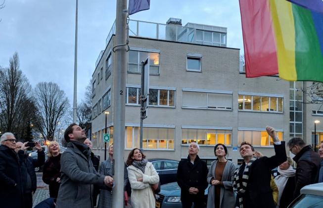 Flinke belangstelling voor hijsen regenboogvlag Amstelveen