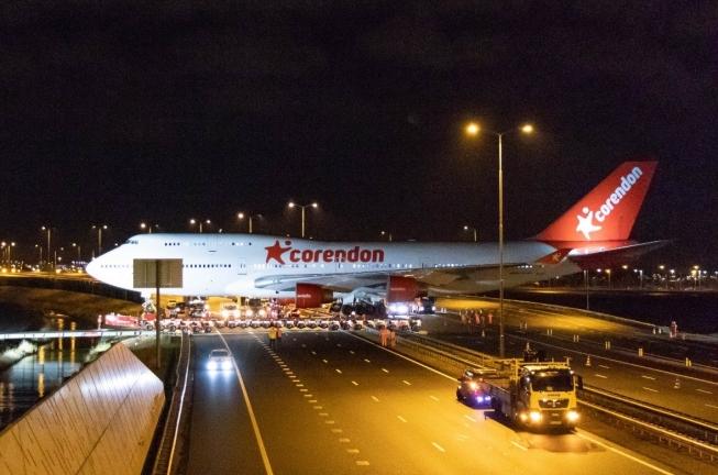 Boeing 747 steekt Rijksweg A9 over