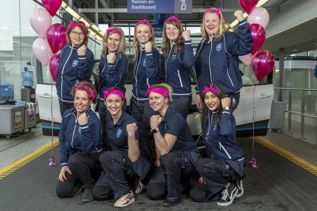 Team van 20 vrouwen helpt in wasstraat Loogman op Internationale Vrouwendag