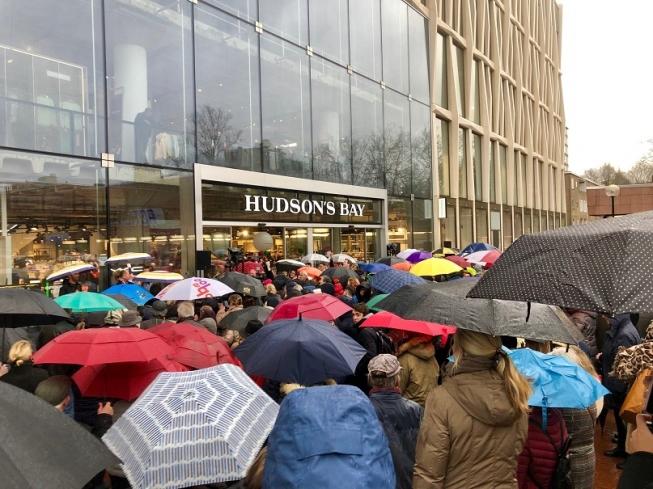Massaal in de rij voor opening Hudson's Bay Amstelveen