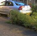 Auto schiet door en belandt tegen gevel woning
