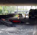 Ravage: kraan trekt bovenleiding tram kapot en ramt viaduct