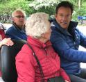Gerard Joling rijdt met Bosmobiel door Amsterdamse Bos