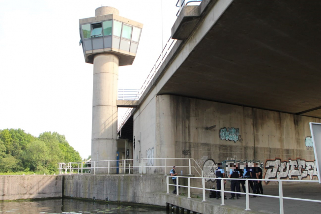 Brugwachter Schipholdraaibrug / A9 spoorloos: schippers gestrand